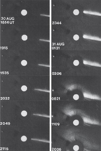 Komet Howard-Koomen-Michels, ki se je leta 1979 zaletel v Sonce, je član Kreutzeve družine kometov. Dogodek je zabeležil koronograf na krovu satelita Solwind. Na slikah lahko vidimo posamezne faze približevanja kometa Soncu (številke ob slikah kažejo čas), vse, kar je na koncu ostalo od kometa, pa je bil nepravilen oblak plinov in prahu. Kasneje so odkrili še kak ducat podobnih kometov (foto: NASA).