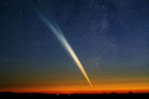 Komet Ikeya-Seki iz leta 1965 je član Kreutzeve družine kometov. Med letom skozi Sončevo kromosfero se je njegovo jedro razletelo na tri dele (foto: Yoneto San).