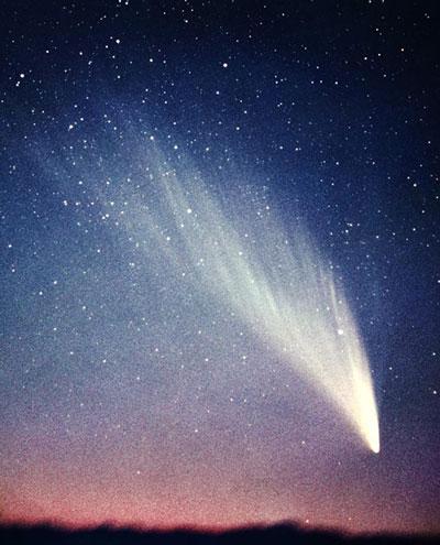 Komet West iz leta 1976 je bil eden najsvetlejših kometov prejšnjega stoletja. Po prehodu perihelija je jedro kometa razpadlo na štiri dele (foto: Kunihiro Shima).