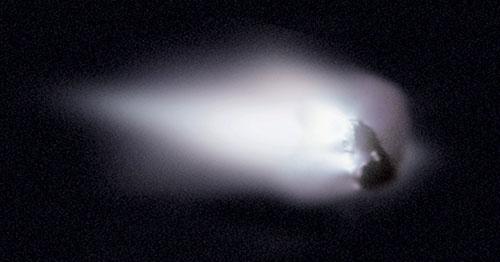 Jedro Halleyevega kometa je posnela evropska vesoljska sonda Giotto. Slika je sestavljena iz 60 posameznih posnetkov. Lepo so vidni vrelci plina na prisončni strani jedra. Sonce je levo (foto: ESA/Giotto Mission Team).