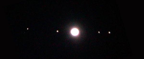 Pogled skozi daljnogled nam na pokaže tudi štiri najsvetlejše Jupitrove lune.