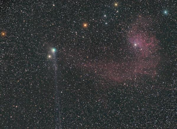 Komet Jacques s svojim dolgim repom krasi jutranje nebo.