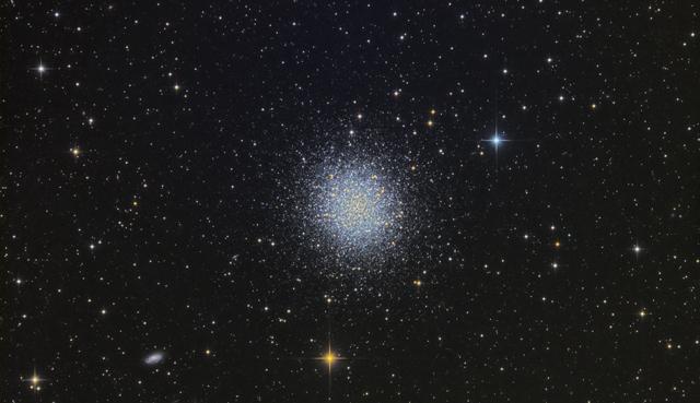 Kroglasta kopica M13 v ozvezdju Herkula je najsvetlejša na severnem nebu.