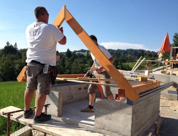 Vgradnja prvih dveh špirovcev v strešno konstrukcijo.