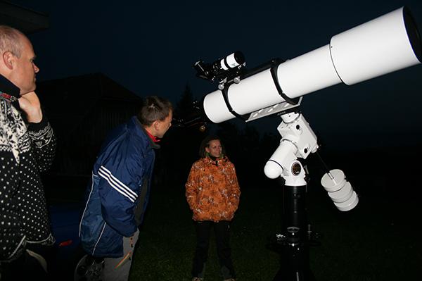 Skozi teleskop opazujemo planeta Venero in Jupiter.