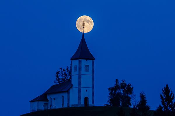 super polna Luna in cerkev.