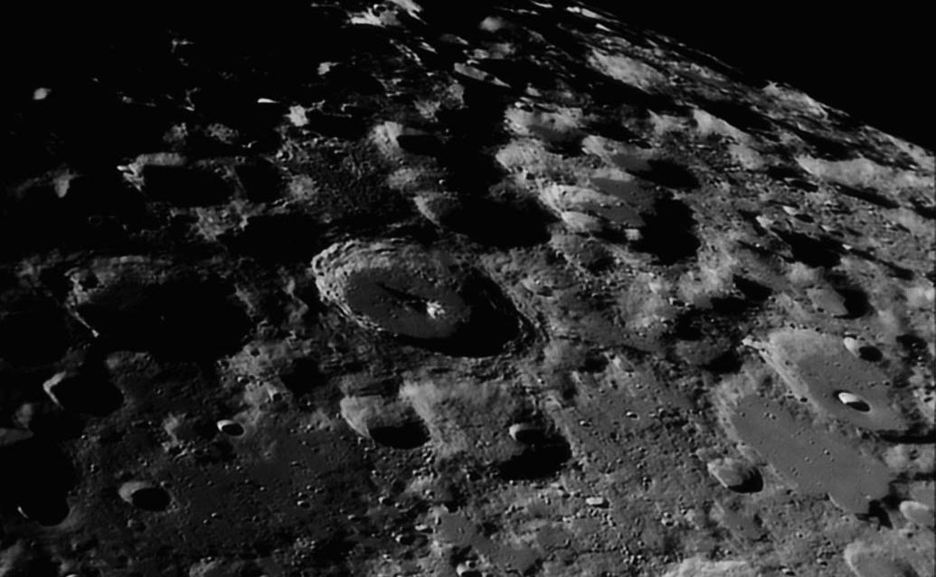 Kraterji na Luni, kot jih vidimo skozi teleskop.