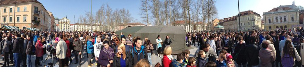 Številni obiskovalci na javnem opazovanju delnega Sončevega mrka v Ljubljani