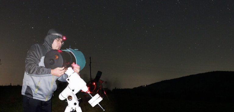 Opazovanje Urana s teleskopom.