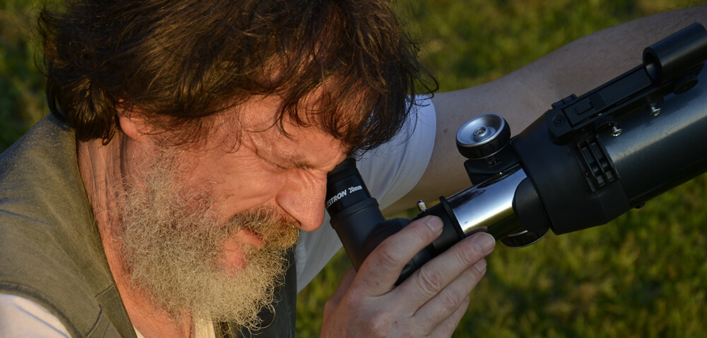 Urednik astronomske revije Spika je Bojan Kambič.