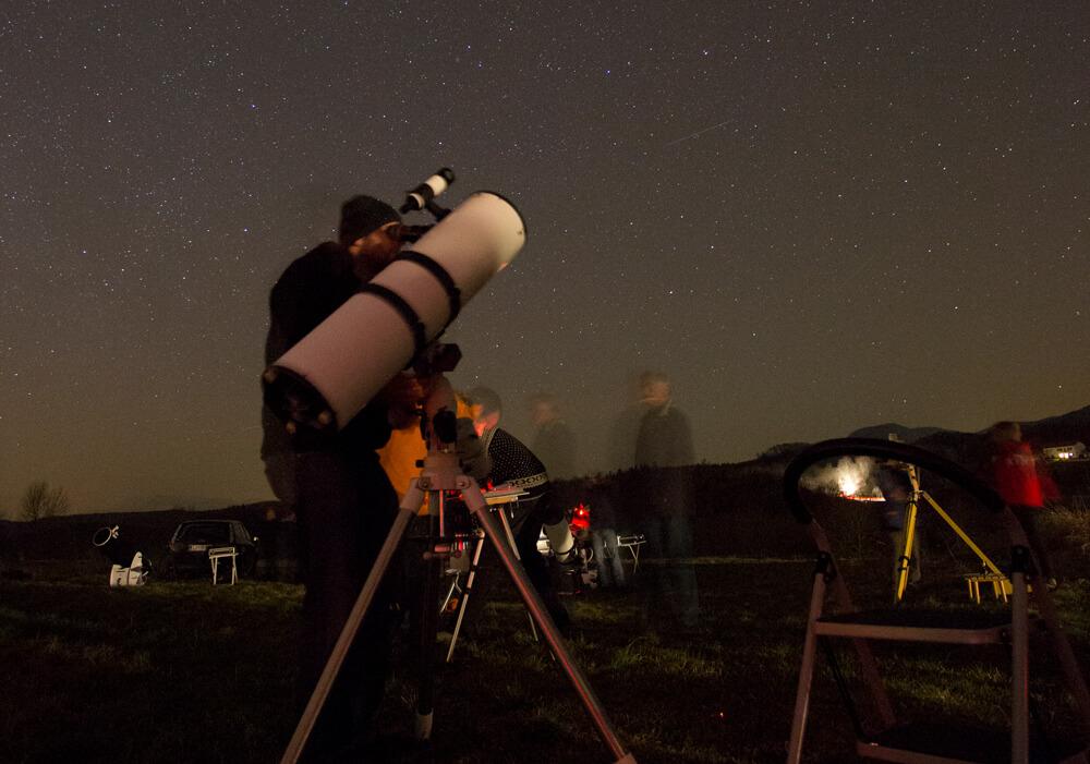 Pri reflektorjih (teleskopih z zrcalom na dnu cevi) pa je okular na vrhu cevi, kjer je tudi iskalo.