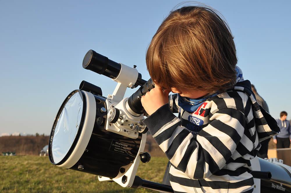 Če smo pripravljeni v svoj hobi vložiti več truda in se spopasti s tehniko opazovanja z reflektorji, je boljša izbira klasični reflektor tipa Newton z zrcalom nad 100 milimetrov.