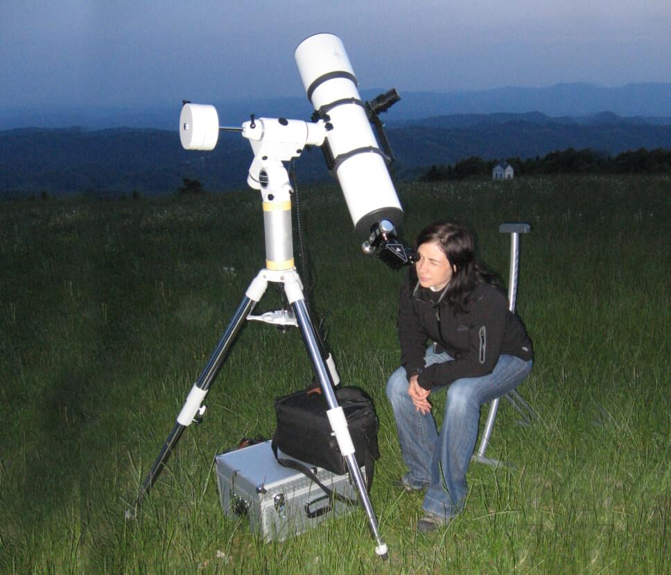 Pri refraktorjih (teleskopih z lečo na vrhu) je okular na koncu cevi in teleskop usmerjamo v želeno območje neba tako, kot bi merili s puško.
