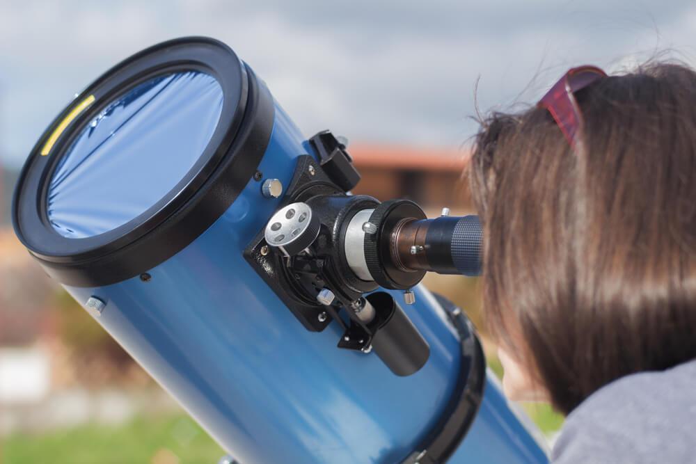 Opazovanje peg na Soncu je z ustrzeno zaščitno folijo varno in zelo enostavno.